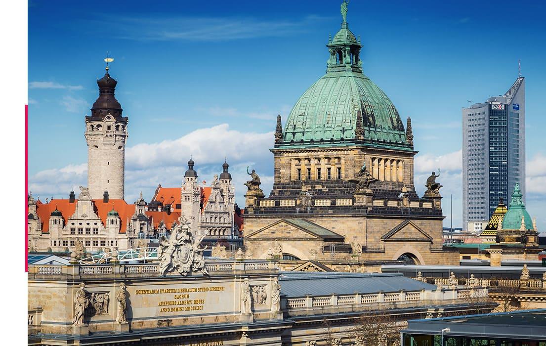 Sehenswürdigkeit in Leipzig, bei Sonnenschein und blauem Himmel.