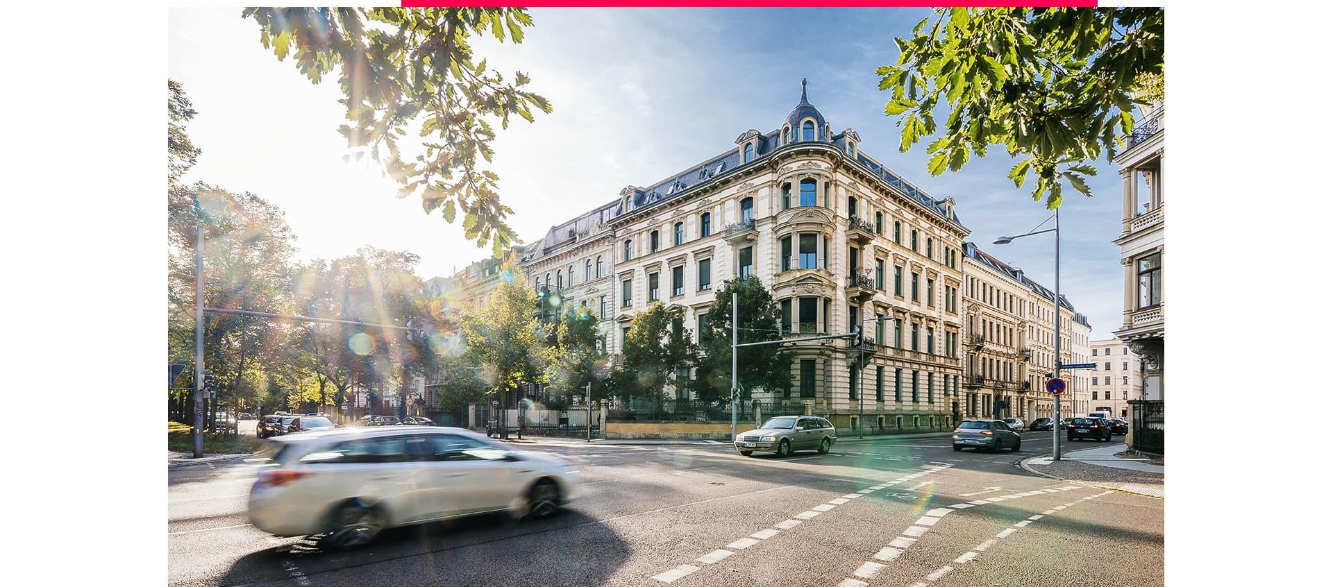 Mehrfamilienhaus in Leipzig an einer viel befahrenen Straße.