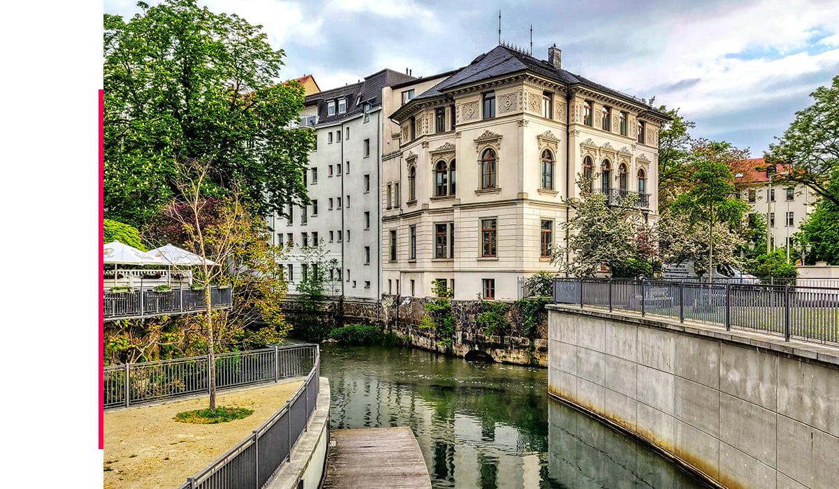 Historischer Altbau grenzt direkt an Wasserkanal in Leipzig.