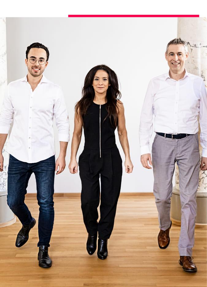 Das Team von Wöber Immobilien geht im Gleichschritt durch das Büro